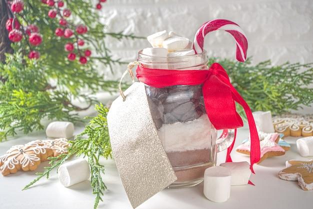 Warme chocolademelk droge mix in glazen pot. idee voor handgemaakte cadeaus voor kerst en wintervakantie.