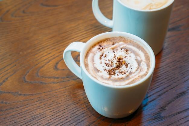 Warme chocolademelk en chocolade in witte kop of mok