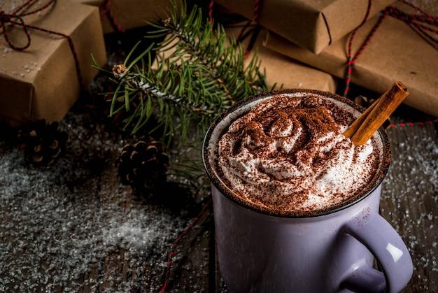 Warme chocolademelk en kerstcadeaus