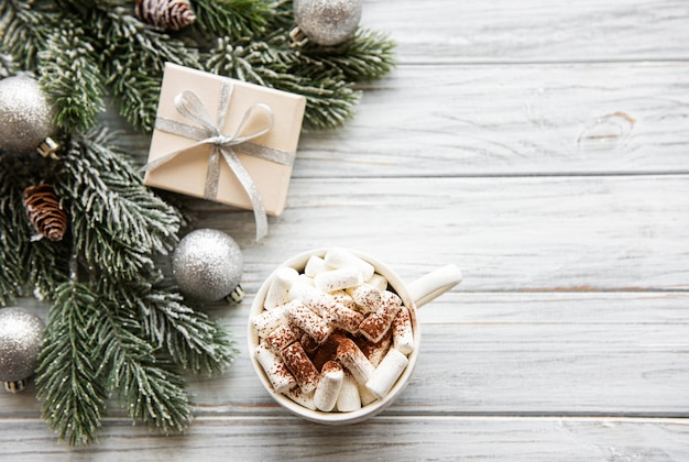 Warme chocolademelk en kerstversiering