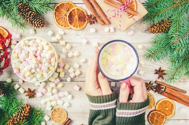 Warme chocolademelk en marshmallow op kerstmis achtergrond. selectieve aandacht.