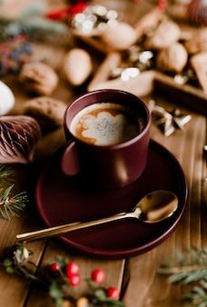 Warme chocolademelk en walnoten op een kerstavond