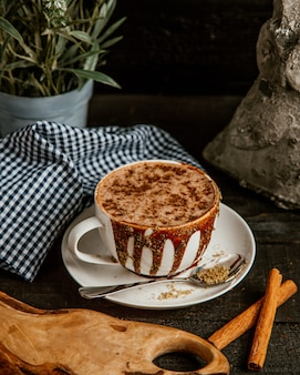 Warme chocolademelk gegarneerd met cacao
