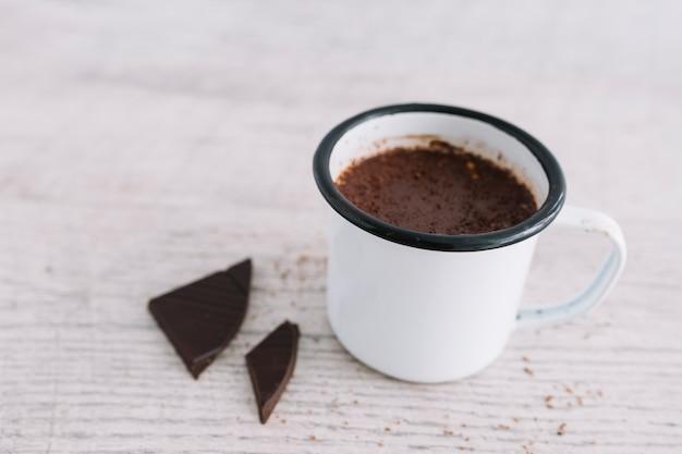 Warme chocolademelk in de beker