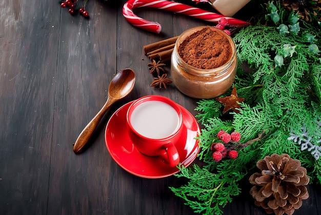 Warme chocolademelk, lollystokjes en kerstdecoraties, geschenken
