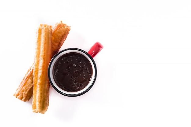 Warme chocolademelk met churros geïsoleerd op een witte achtergrond bovenaanzicht kopie ruimte