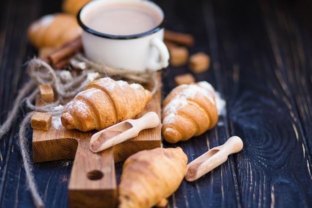 Warme chocolademelk met croissant