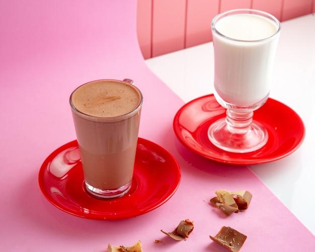 Warme chocolademelk met gestoomde melk en chocolade op tafel