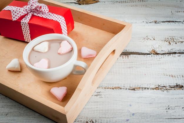 Warme chocolademelk met hartjes van marshmallows