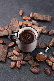 Warme chocolademelk met hoge hoek