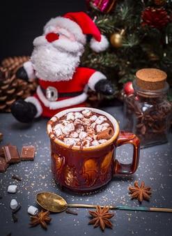 Warme chocolademelk met marshmallow in een bruine keramische mok