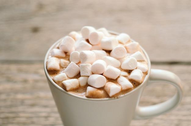 Warme chocolademelk met marshmallow in grijze mok