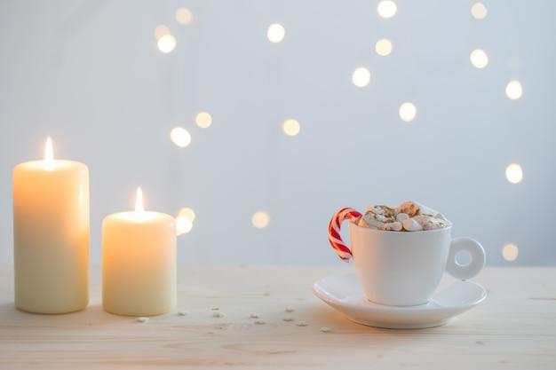 Warme chocolademelk met marshmallow op witte muur