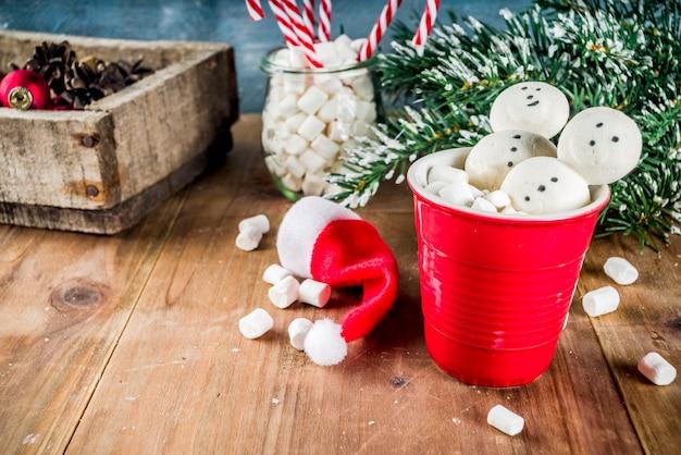 Warme chocolademelk met marshmallow sneeuwmannen
