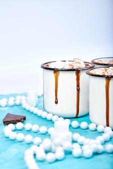 Warme chocolademelk met marshmallow snoepjes op houten achtergrond.
