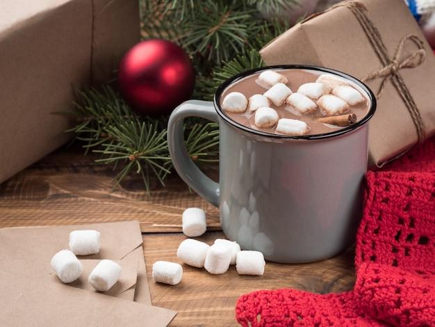 Warme chocolademelk met marshmallows en kerstdecor op een houten tafel. ruimte kopiëren.