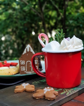 Warme chocolademelk met marshmallows in de tuin.