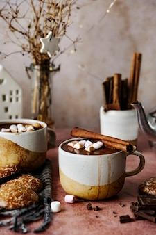 Warme chocolademelk met marshmallows in de winter opwarmen