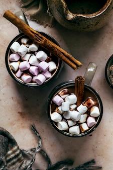 Warme chocolademelk met marshmallows in de winter opwarmen