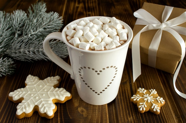 Warme chocolademelk met marshmallows in de witte kop en kerstmissamenstelling