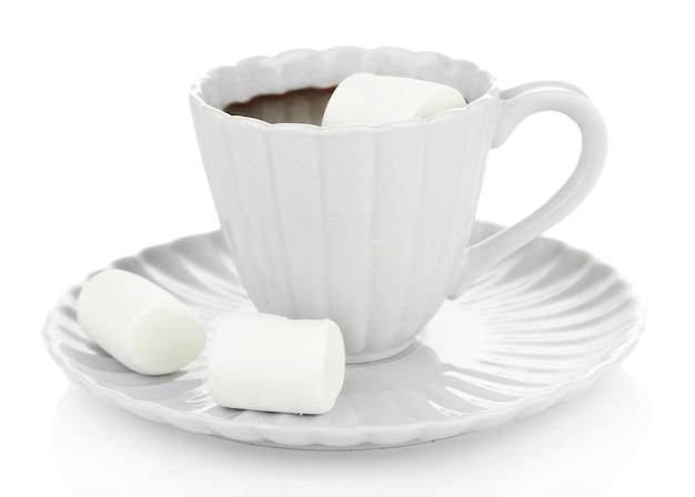 Warme chocolademelk met marshmallows in mok, geïsoleerd op wit