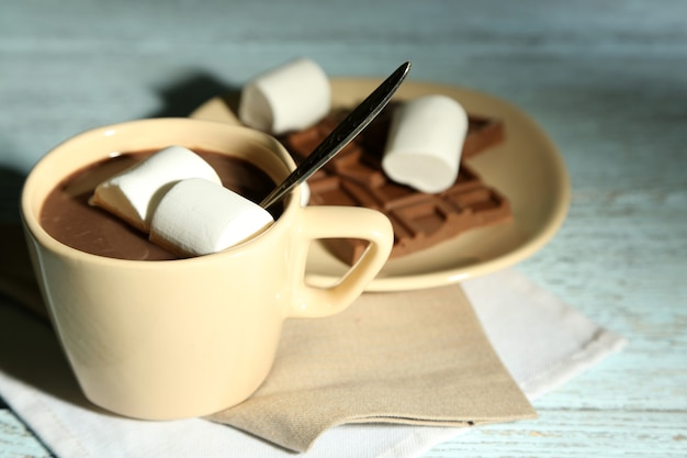 Warme chocolademelk met marshmallows in mok,