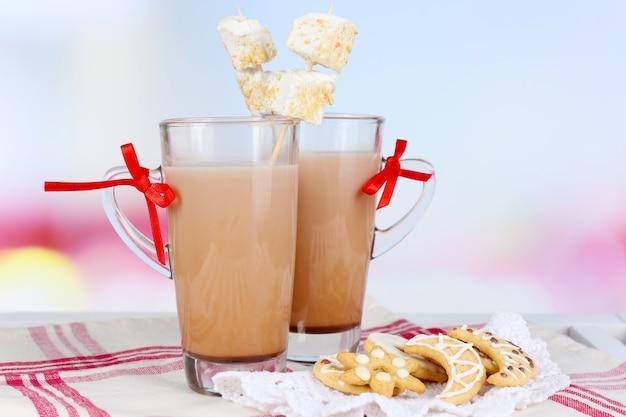 Warme chocolademelk met marshmallows, op lichte achtergrond