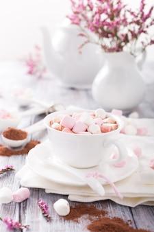 Warme chocolademelk met mini-marshmallows