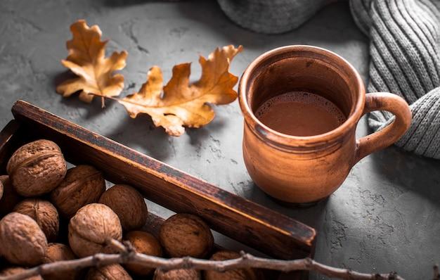 Warme chocolademelk met walnoten en bladeren