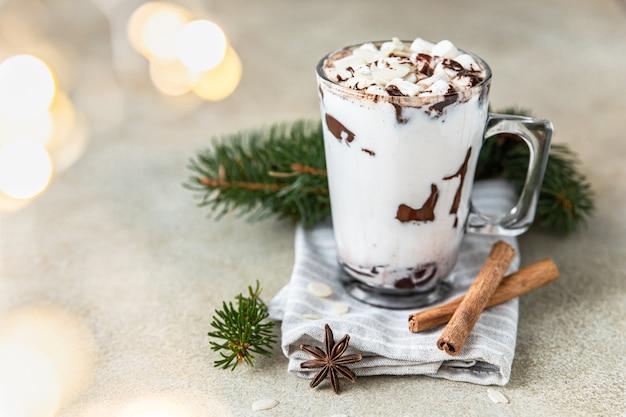 Warme chocolademelk of cacaodrank met marshmallow wintervakantiecompositie met kaneelanijs en guirlande