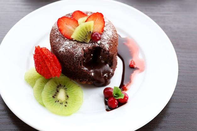 Warme chocolademelkpudding met fondantcentrum met fruit