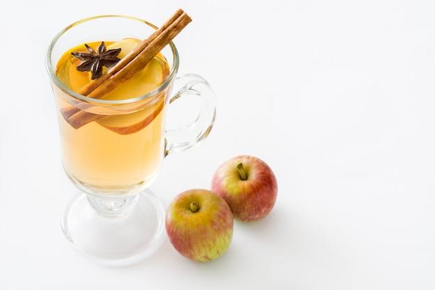 Warme cider in glas geïsoleerd op een witte achtergrond