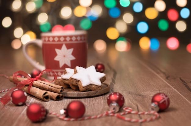 Warme drank, kerstkoekjes en snoepgoed op tafel