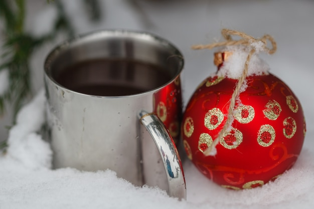 Warme drank op een koude sneeuw