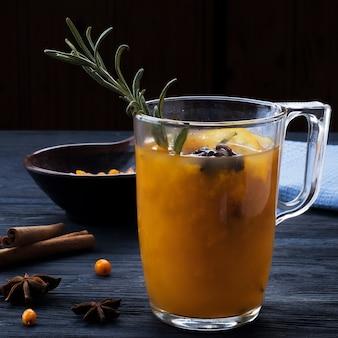 Warme drank van duindoorn met kruiden. lekkere warme drank