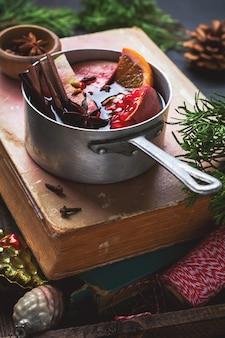 Warme drank van warme wijn met citrus, appel, granaatappel en kruiden