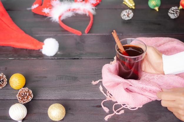 Warme drank voor de herfst verlaat de winter voor het nieuwe jaar 2021 met handvrouw met trui met zwarte thee