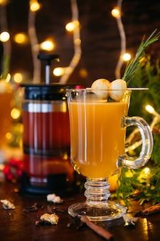 Warme drankcocktail voor nieuwjaar, kerstmis, winter- of herfstvakantie. grog. glühwein-cider of gekruide thee of grog