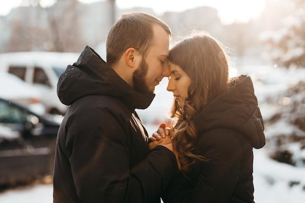 Warme en tedere knuffels van een verliefd stel in het koude winterseizoen Premium Foto