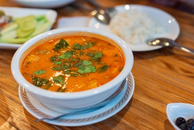 Warme en zure soep staat op tafel voor het diner met het gezin