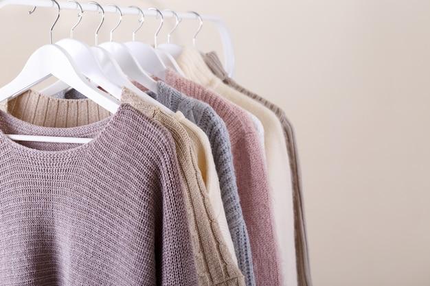 Warme gebreide kleding die op een rek hangt