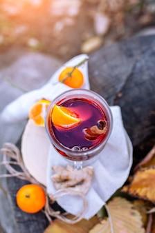 Warme glühwein in een glas outdors picknick in herfst park gluhwein warme wijn bovenaanzicht