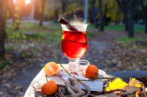 Warme glühwein in een glas outdors picknick in herfstpark gluhwein warme wijn