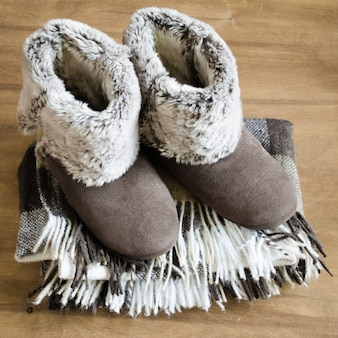 Warme huiskleren. wollen plaid en huis slippers.