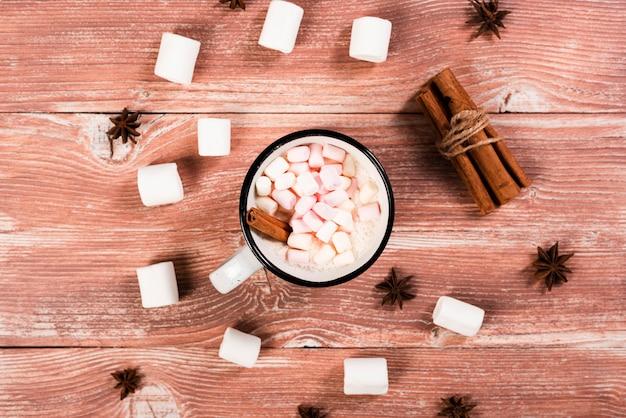 Warme kaneel en marshmallows drinken