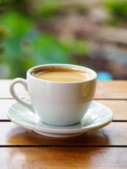 Warme koffie americano op de oude houten tafel