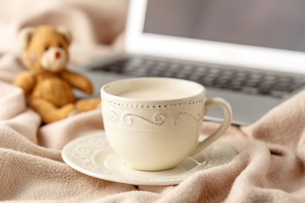 Warme koffie en boek op wolachtergrond. seizoensgebonden ontspannen concept