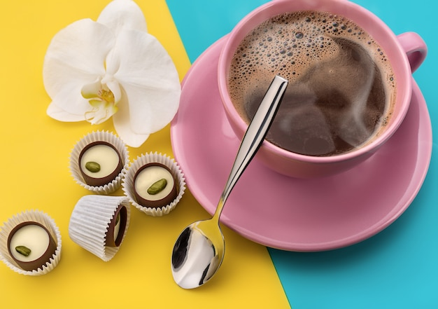 Warme koffie en chocoladesnoepjes.