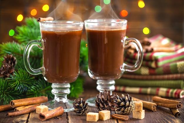 Warme koffie in een bril op de tafel