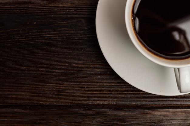 Warme koffie in een doos houten tafel rust ontbijt. hoge kwaliteit foto
